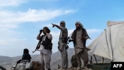 阿富汗民兵在前線觀察塔利班部隊的動向(2021年7月15日)