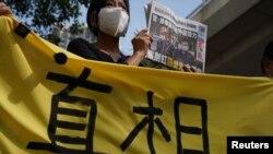 Un partidario sostiene una copia del periódico Apple Daily durante una audiencia judicial frente a los magistrados, después de que la policía acusara a dos ejecutivos del periódico pro democrático Apple Daily bajo la ley de seguridad nacional.
