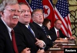 지난해 2월 베트남 하노이에서 열린 도널드 트럼프 미국 대통령과 김정은 북한 국무위원장의 확대정상회담에 마이크 폼페오 국무장관, 마이클 볼튼 백악관 국가안보보좌관, 믹 멀베이니 백관 비서실장 등이 배석했다.