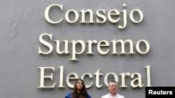 Oscar Sobalvarro, exjefe de la Resistencia Nicaragüense, y Berenice Quezada, ex candidata a la vicepresidencia y compañera de fórmula del partido Alianza Ciudadana por la Libertad (ACxL) al presentar su candidatura ante el CSE, el 2 de agosto de 2021.