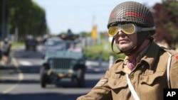 Parada entuzijasta Drugog svjetskog rata u vozilima korištenim u tom ratu, u Ouistrehamu, Normandija, 5. juna 2021. godine, uoči 77. godišnjice početka napada koji je pomogao okončanju Drugog svjetskog rata.