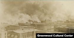 Black Wall Street gori u Tulsi, Oklahoma, juni 1921. (Courtesy Greenwood Cultural Center)