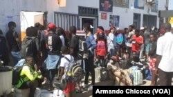 Passageiros com destino Lubango retidos na estação de autocarros devido à greve dos motoristas no Namibe. 1 de Abril 2021
