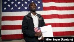 Một người nhập cư ở New York vừa tuyên thệ trở thành công dân Mỹ.