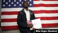 Čovjek poslije polaganja zakletve za američko državljanstvo (Foto: Reuters/Mike Segar)