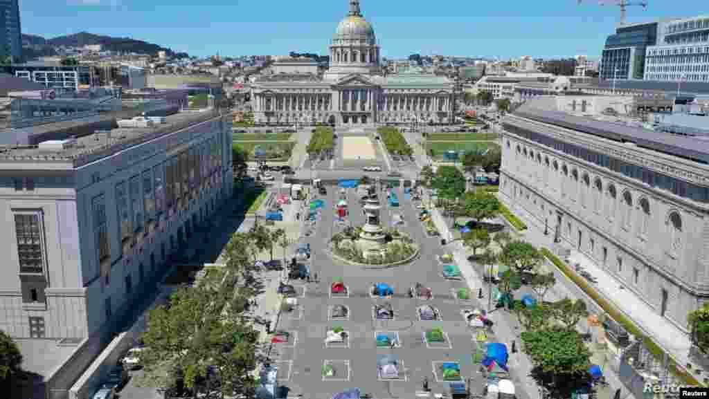 미국 캘리포니아주 샌프란시코 시청 인근 광장에 노숙자 수용을 위한 대규모 텐트촌이 설치됐다.