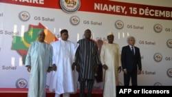 Les dirigeants du Mali, du Niger, du Burkina Faso, du Tchad et de la Mauritanie posent pour une photo au sommet du G5 Sahel à Niamey, le 15 décembre 2019.