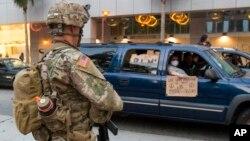 Garda Kombëtare duke patrulluar në rrugët e Los Anxhelosit