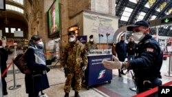 Cảnh sát kiểm tra người ra vào nhà ga thành phố Milan.