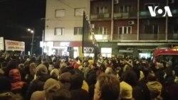 """VIDEO Još jedan protest u Beogradu: Građani po zidovima lepili """"laži Aleksandra Vučića"""""""