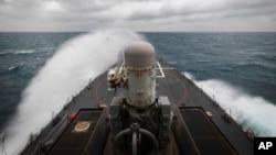 Keştiya Şer ya Amerîkî USS John S. McCain li Dertenga Taywan 2020ê.