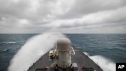 ຮູບນີ້ທີ່ສະໜອງໂດຍກອງທັບເຮືອ ສຫລ ກຳປປັ່ນລົບ USS John S. McCain ພວມປະຕິບັດງານສະໜັບສະໜຸນສະຖຽນລະພາບແລະຄວາມໝັ້ນຄົງ ເພື່ອເຂດອິນໂດປາຊີຟິກ ທີ່ເສລີແລະເປີດກວ້າງ ໂດຍແລ່ນຜ່ານຊ່ອງແຄບໄຕ້ຫວັນ ໃນວັນພຸດ ທີ 30 ທັນວາ 2020.