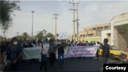 راهپیمایی کارگران هفتتپه در خیابانهای شوش - عکس گرفتهشده از گزارش ویدئویی