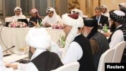 AQSh, Tolibon va Qatar vakillari ishtirokidagi uchrashuvlardan biri. Qatar Tashqi ishlar vazirligi tarqatgan surat.