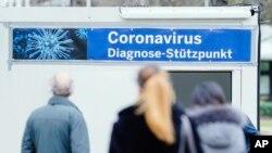 Njerëzit presin radhën për t'u testuar në Spitalin Universitar në Mannheim, Gjermani