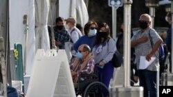 미국 캘리포니아주 내 신종 코로나바이러스 백신 접종 장소 중 한 곳으로 지정된 애너하임 '디즈니랜드 리조트'에서 주민들이 백신 주사를 맞기 위해 대기하고 있다.