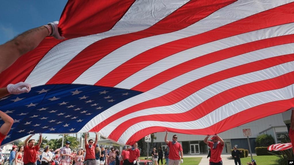 美国民众在独立日那天游行 (资料照片)