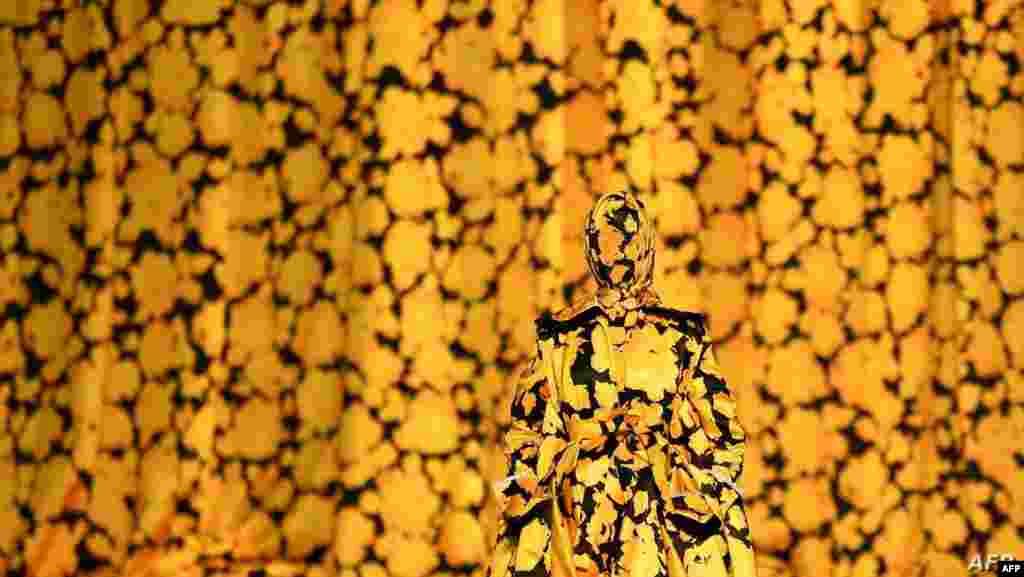 영국 런던 패션위크에서 모델이 리차드 퀸의 가을/겨울 2020 컬렉션 의상을 선보이고 있다.