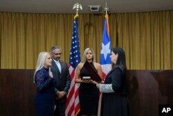 완다 바스케스 푸에르토리코 법무장관이 7일 남편과 딸이 지켜보는 가운데 새 지사로 취임했다.