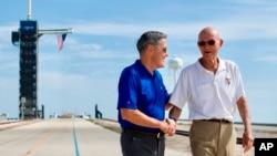 Le 16 jiyè 2019, astwonòt Michael Collins (adwat) te vizite Sant Espasyal Kennedy a, nan Eta Florid, kote li te rankontre ak direktè sant la, Bob Cabana, nan yon lokal ki rele Launch Complex 39A kote aparèy Apollo 11 la te dekole le 16 jiyè 1969.