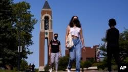 Sinh viên tại khuôn viên trường Đại học Ball State University ở Muncie, Indiana, trong bức ảnh chụp hôm 9/10/2020. Theo đề xuất mới của Bộ An ninh Nội đia Mỹ, sinh viên Việt Nam sẽ bị hạn chế thị thực trong 2 năm khi du học ở Mỹ.
