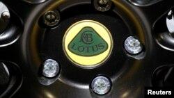 ARCHIVO- Logo de Lotus. Exhibición Automotriz de París, Francia, 2-10-18.