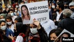 Demonstruesit mbajnë foton e Deniz Poyrazit, e cila u vra gjatë një sulmi me armë ndaj degës së partisë pro-kurde HDP (18 qershor 2021)