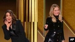 En esta captura de video emitida el domingo 28 de febrero de 2021 por NBC, las presentadoras Tina Fey, izquierda, de Nueva York, y Amy Poehler, de Beverly Hills, California, hablan en los Golden Globe Awards. (NBC vía AP)