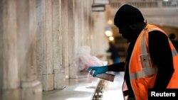 Radnik njujorške železnice čisti stanicu Grend Central dezinfekcionim sredstvom Lajsol.