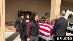 지난 3월 미국 애리조나에서 열린 아서 라미레즈 미 육군 상병의 장례식에서 앤지 로페즈 씨(오른쪽 맨 뒤) 등 라미레즈 상병의 조카들이 관을 운구하고 있다. 사진 제공 = 엔지 로페즈.