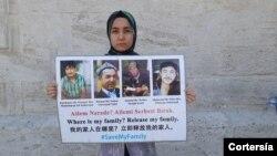 Nursiman Abdureshid sostiene fotografías de sus padres y dos hermanos, en Estambul en mayo.