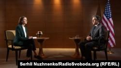 Державний секретар США Ентоні Блінкен (п) і журналістка Радіо Свобода Олена Ремовська, Київ, 6 травня 2021 року