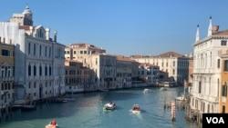ទឹកសមុទ្រស្រុកទៅវិញ ហើយភ្ញៀវទេសចរក៏ចាប់ផ្តើមដំណើរកម្សាន្តក្នុងខែប្រារព្ធពិធីបុណ្យដង្ហែក្បួន carnival នៅក្នុងក្រុង Venice កាលពីថ្ងៃទី១១ ខែកុម្ភៈ ឆ្នាំ២០២០។