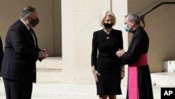 مایک پمپئو، وزیر خارجه آمریکا، و کالیستا گینگریچ، سفیر آمریکا در واتیکان، در دیدار با یکی از مقامات واتیکان (آرشیو)