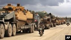 Türkiyənin hərbi konvoyu İdlib vilayətində Binnis kəndi ərazisindən keçir, 8 fevral, 2020.