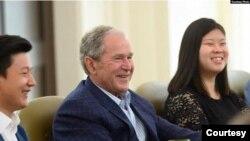 조지 W. 부시 전 미국 대통령이 2019년 6월 부시센터에서 탈북민 조셉 김, 데비 김 씨와 만났다. 사진 제공: 부시센터.