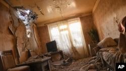 10月3日,阿塞拜疆境內自行宣布的納卡共和國首府民居在遭受炮轟後被損壞的狀況。