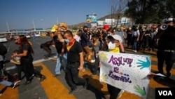 Inmigrantes protestan contra las políticas inmigratorias de Estados Unidos y México y por el derecho a pedir asilo político, en el puesto fronterizo de Tijuana.