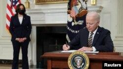 2021 年2 月24 日,美國總統喬·拜登簽署了一項旨在解決全球半導體芯片短缺問題的行政命令。(路透社照片)