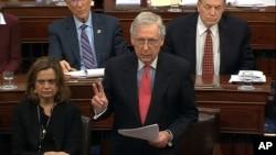 Pemimpin mayoritas di Senat AS, Senator Mitch McConnell berbicara pada sidang senat AS (foto: dok).