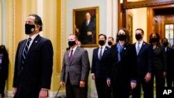 Los gerentes demócratas designados entregan el artículo de juicio político al Senado que acusa de incitación a la insurrección al expresidente Donald Trump, en Washington, el 25 de enero de 2021. [AP]