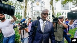 FILE - R. Kelly's attorney Deveraux Cannick is surrounded by reporters as he leaves Brooklyn Federal court during the R&B star's trial, in New York, Aug. 18, 2021.