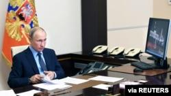 Rusiya prezidenti Vladimir Putin Moskva ətrafında Novo Oqaryovoda iqamətgahında, 20 iyun, 2020.