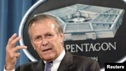 El secretario de Defensa, Donald Rumsfeld, habla a los reporteros desde el Pentágono en 2004.
