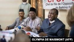 """Les candidats à la présidence Tahirou Barry (à gauche), Ablasse Ouedraogo (au centre) et Zephirin Diabre (à droite) donnent une conférence de presse pour dénoncer la """"fraude massive"""" à Ouagadougou, le 21 novembre 2020, à la veille des élections présidentielles."""