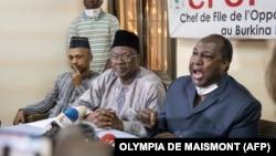 """Les candidats à la présidence du Burkina Faso Tahirou Barry (à g.), Ablasse Ouedraogo et Zephirin Diabre (à dr.) s'adressent à la presse pour dénoncer une """"fraude massive"""" à Ouagadougou, le 21 novembre 2020, à la veille des élections présidentielles."""
