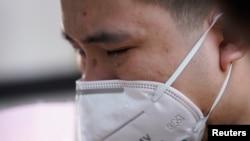 Stanovnik Wuhana plače za žrtvama koronavirusa, 4. april, 2020. (Foto: Rojters/Aly Song)