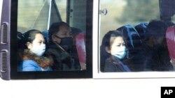 지난 26일 평양의 버스 승객들이 마스크를 착용하고 있다.