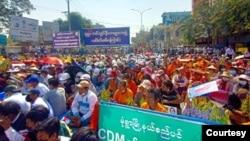 မုံရွာမြို့က စစ်အာဏာသိမ်းဆန့်ကျင် ဆန္ဒပြမြင်ကွင်း။ ~~~ မုံ႐ြာၿမိဳ႕က စစ္အာဏာသိမ္းဆန႔္က်င္ ဆႏၵျပျမင္ကြင္း။