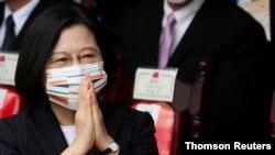 차이잉원 타이완 총통이 10일 타이베이 총통부 건물 앞에서 거행된 국경일 기념행사에 참석한 관중들의 환호에 화답하고 있다.